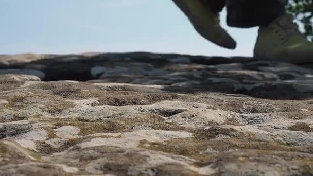Cestovatel je na skalách