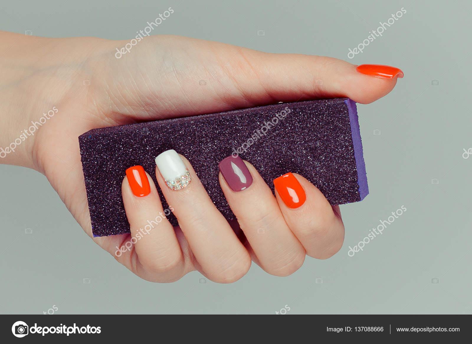 Maniküre. Multi farbige Nagel poliert Finger Hand hält schwarz ...