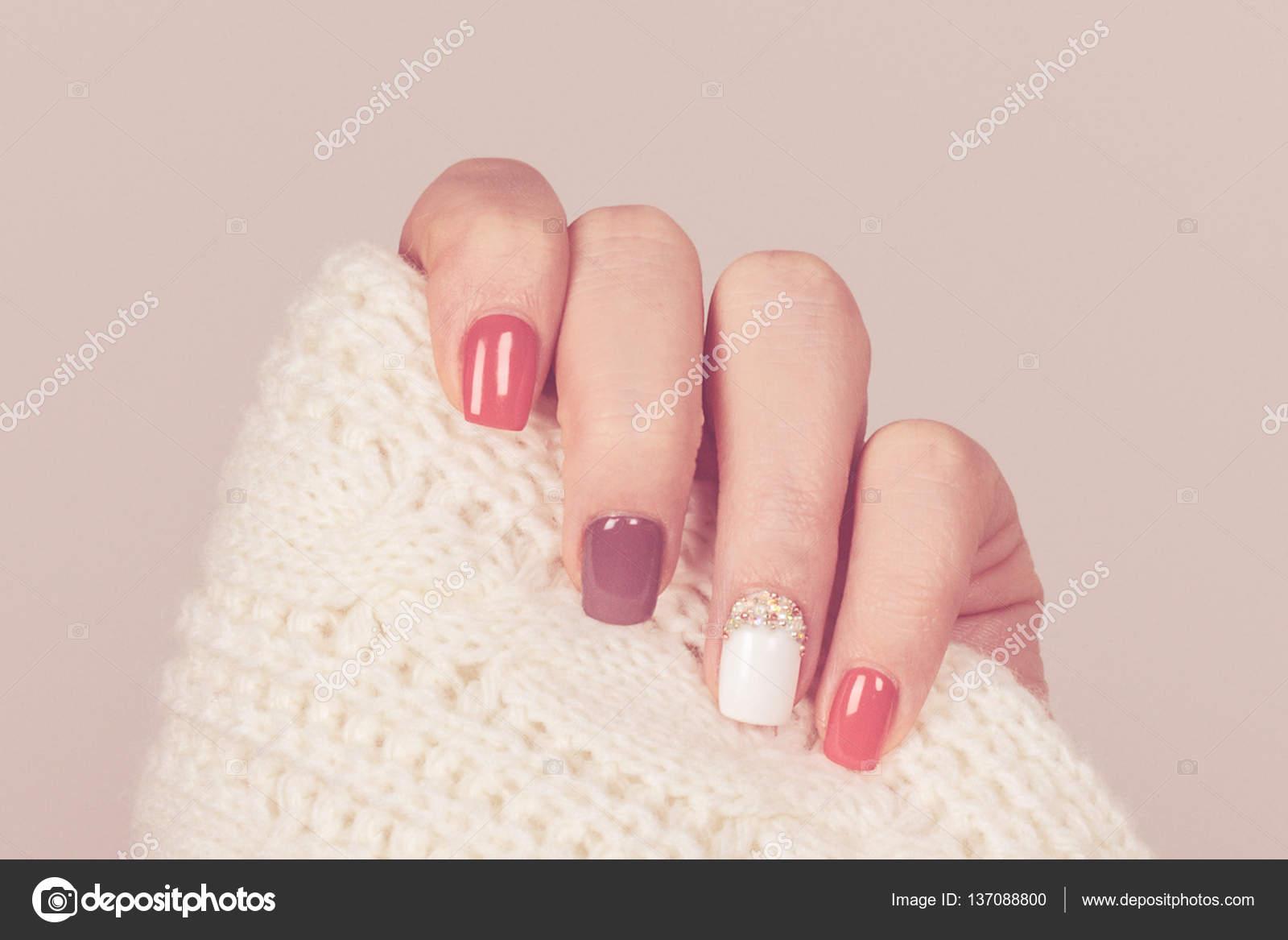 Schöne farbige Pastell-Farben Nagellack auf Hand, Nahaufnahme. Nagel ...