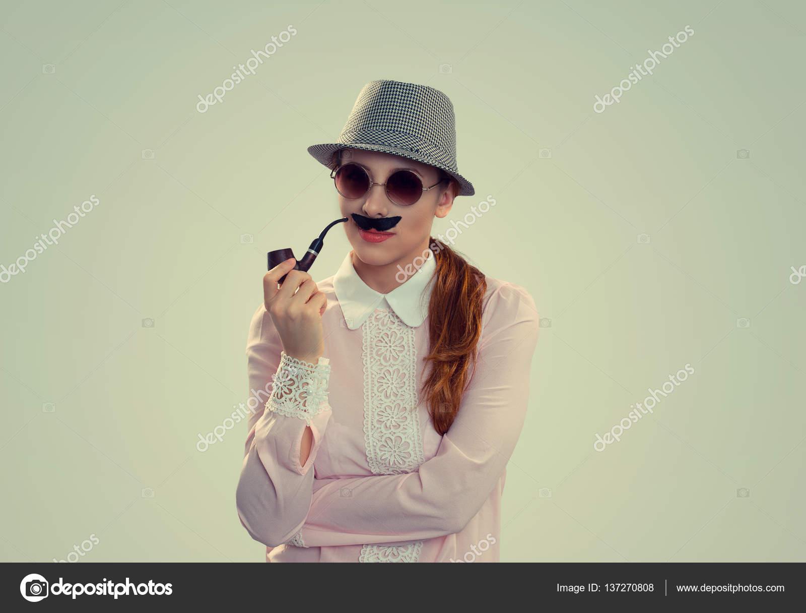 Femme aux lunettes rondes fausse moustache, pipe et chapeau imitant  l homme– images de stock libres de droits 938024a6a12e