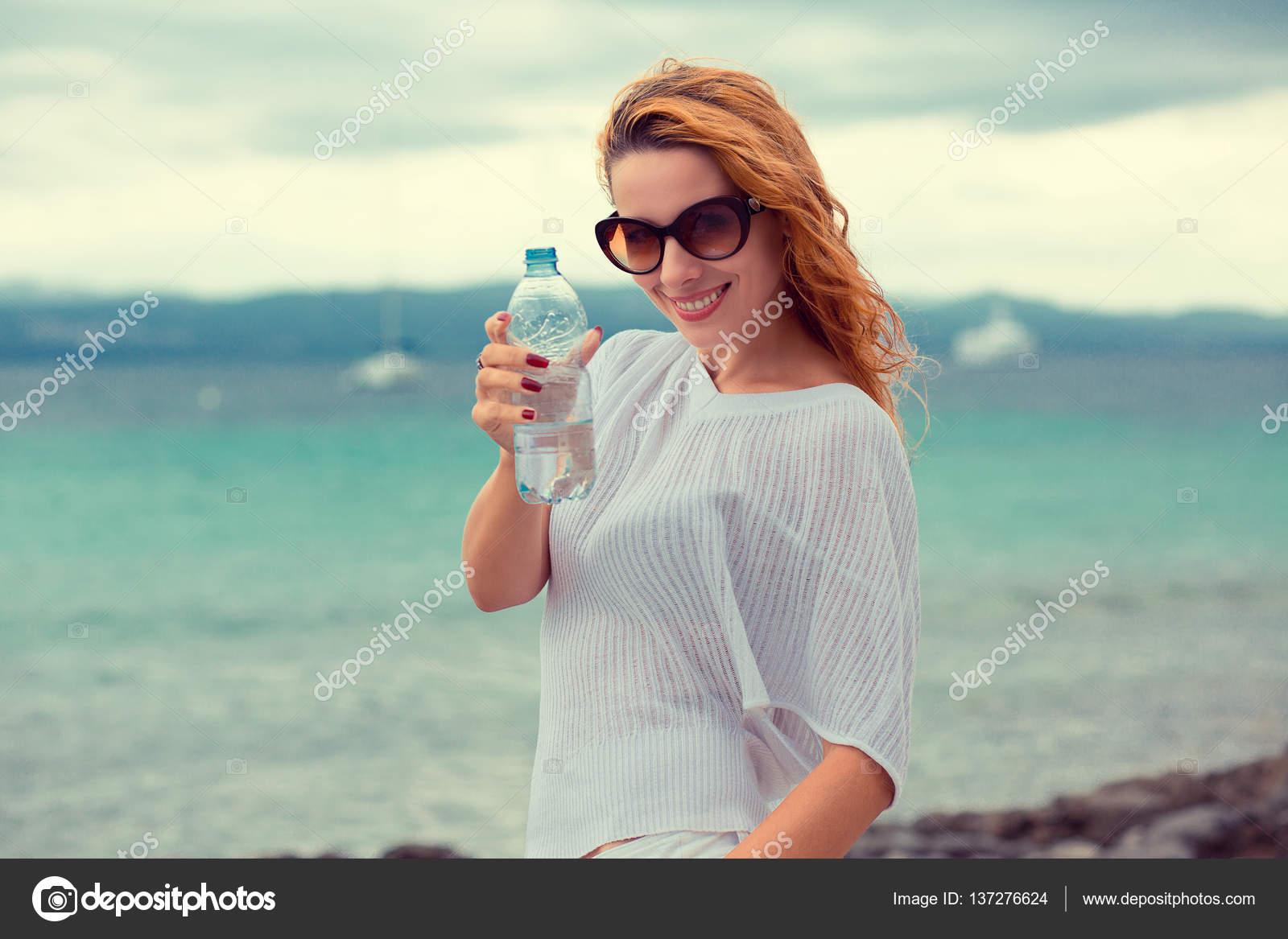 Bella Giovane Donna Del Brunette In Occhiali Da Sole Acqua Potabile