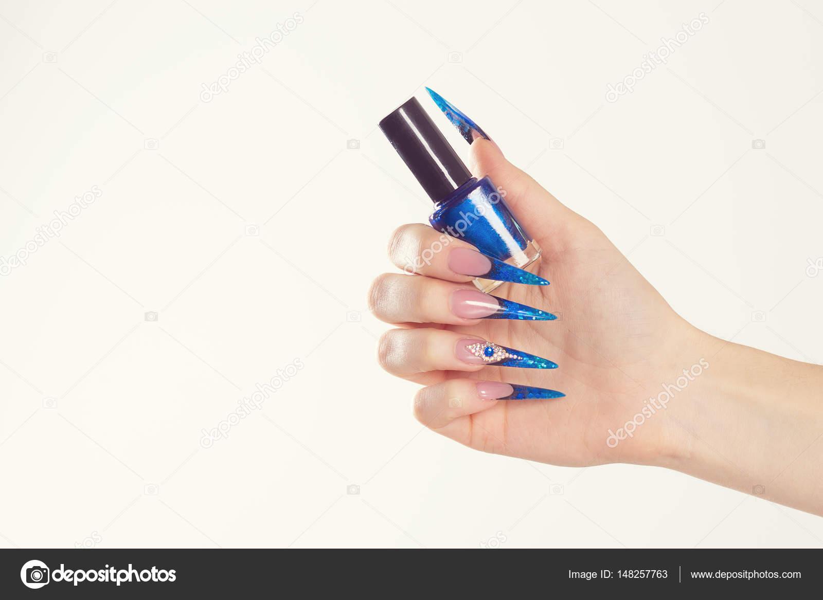 Esmalte de uñas. Arte manicura. Estilo moderno azul de esmalte de ...