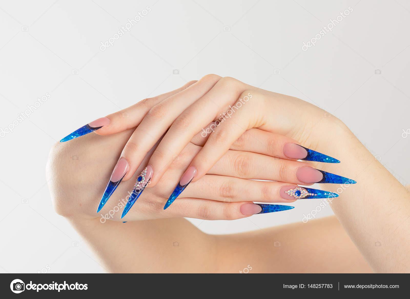 de uñas. Arte manicura. Estilo moderno azul de esmalte de uñas ...