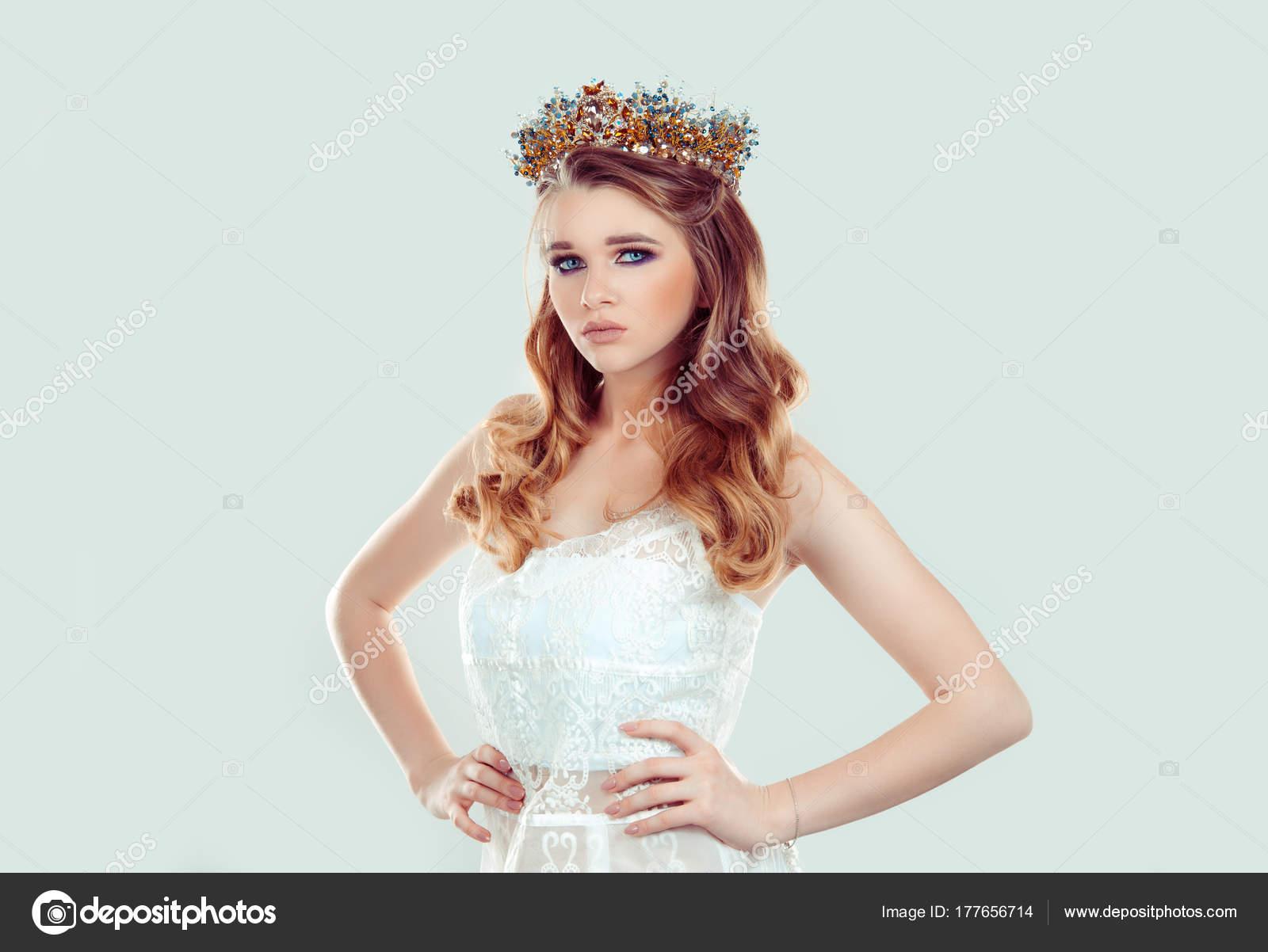 Zuversichtlich Schönheitskönigin Festzug. Schwere Frau in goldene ...