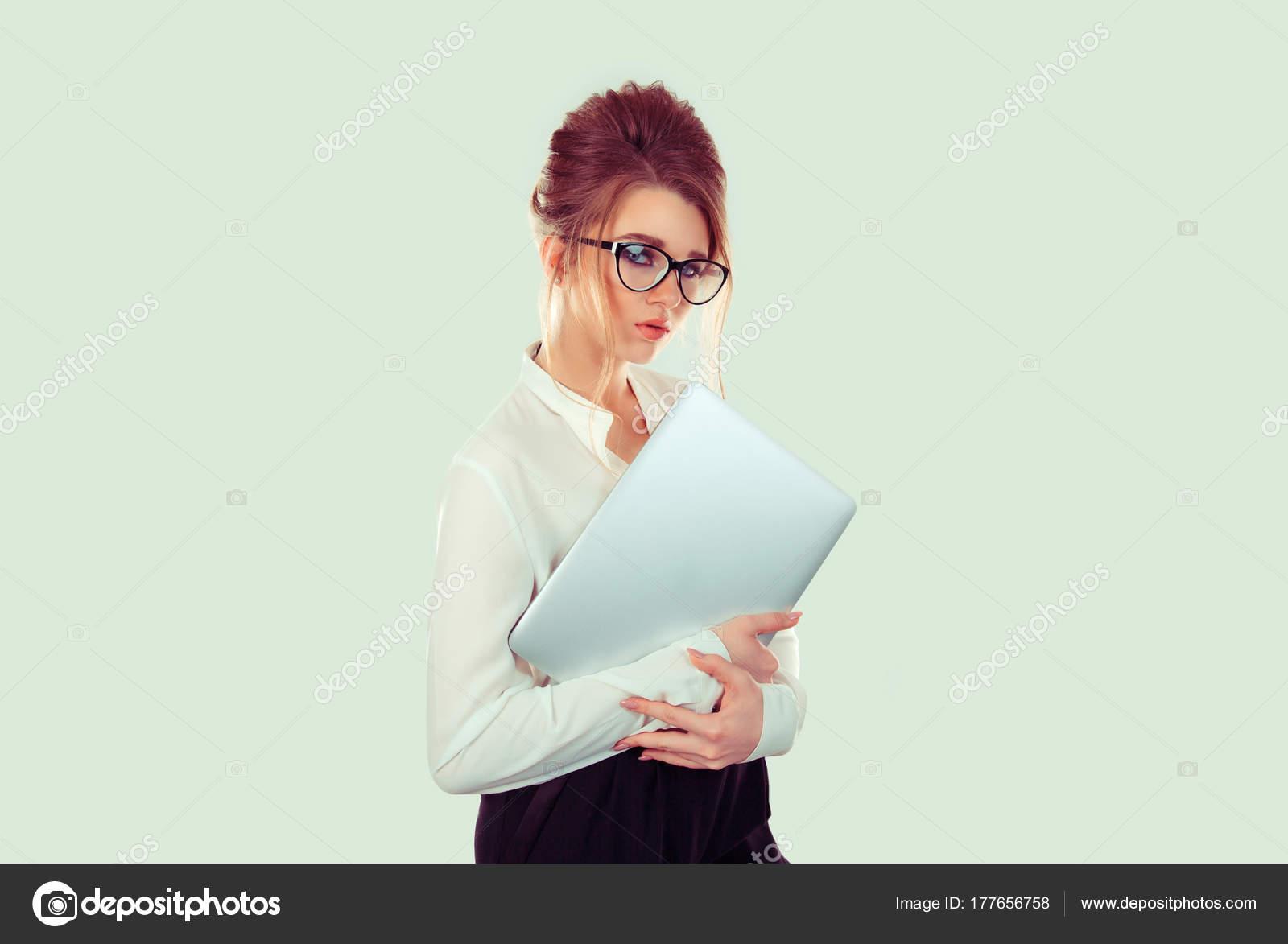 dc0eab2128 Κοντινό πλάνο γυναίκα κορίτσι nerd κρατώντας βιβλία φορητό υπολογιστή  ελαφρύ χαμόγελο στο πρόσωπο