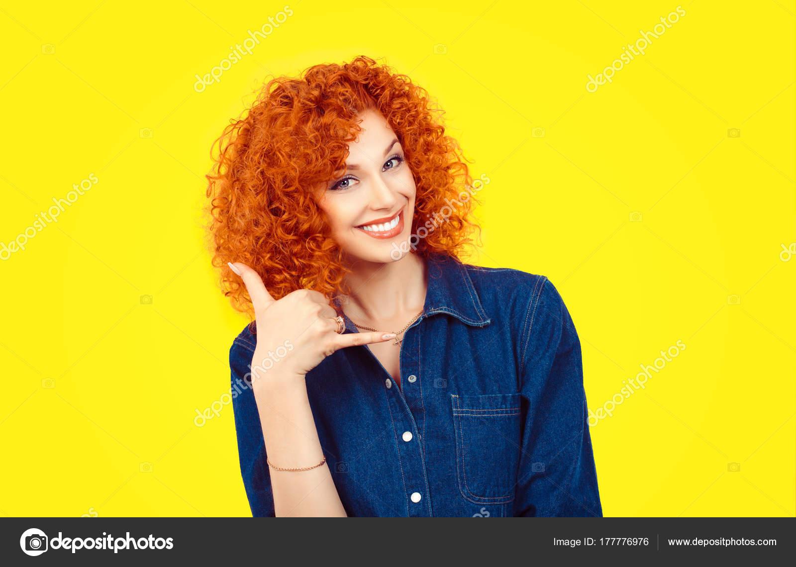 320aa951c688 Dame una llamada. Closeup retrato pelirroja de pelo rizado mujer ...
