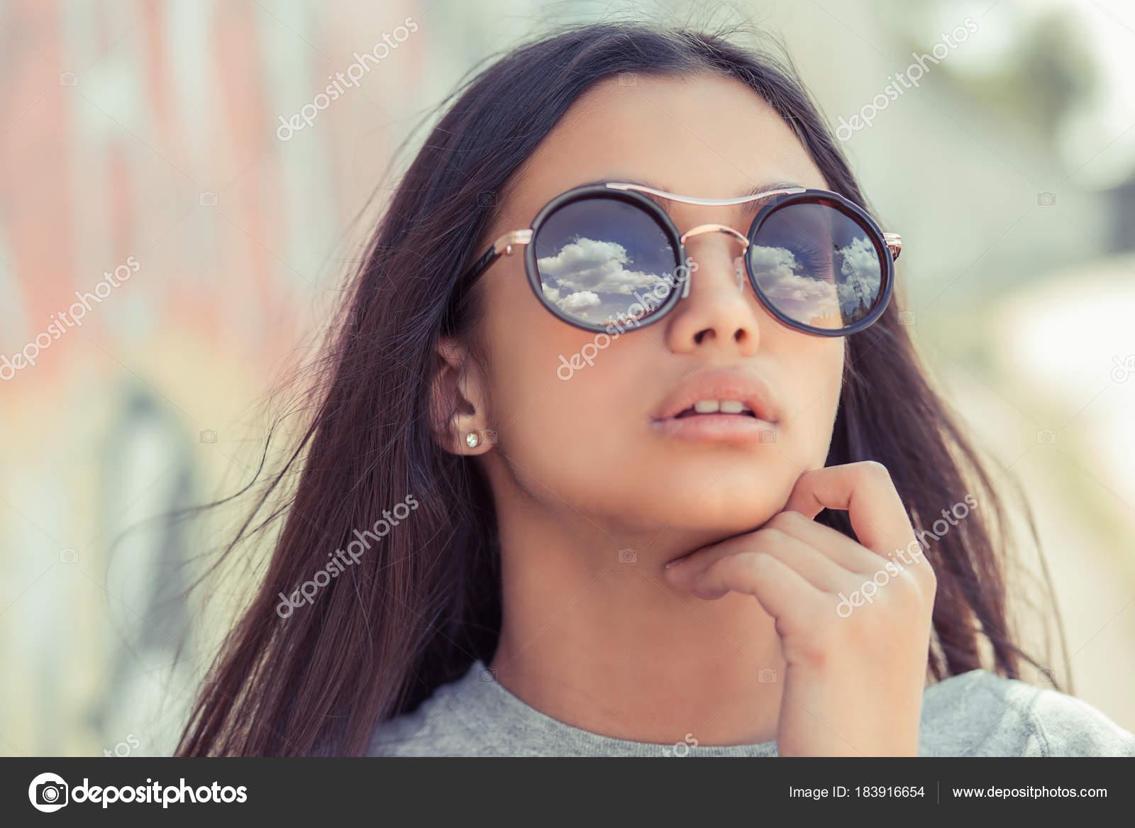 0ab25079d2ddb Reflexão de ver céu óculos de sol. Mulher em óculos de sol — Fotografia de