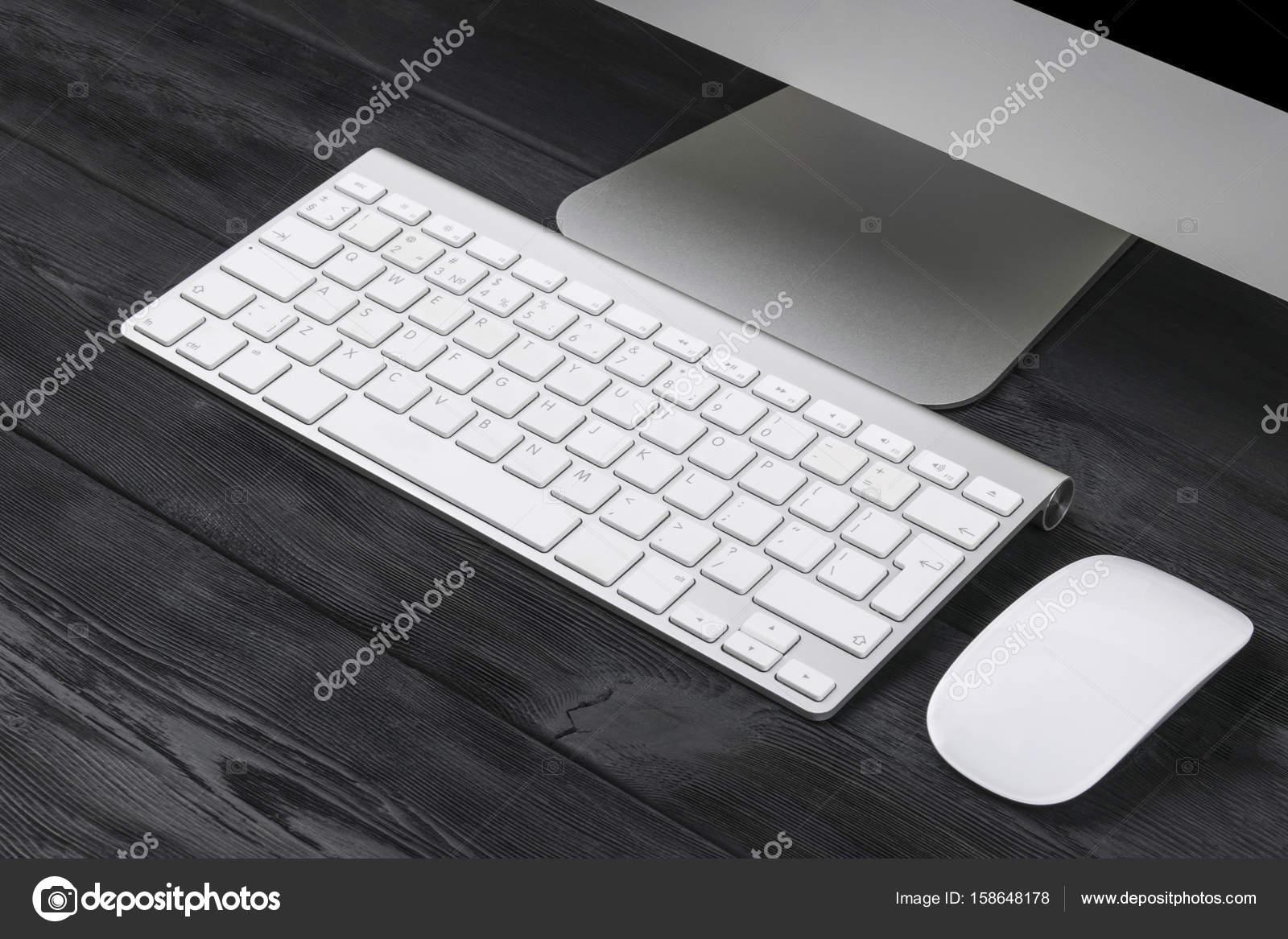 Ufficio Del Lavoro In Nero : Area di lavoro di business con computer tastiera wireless e mouse