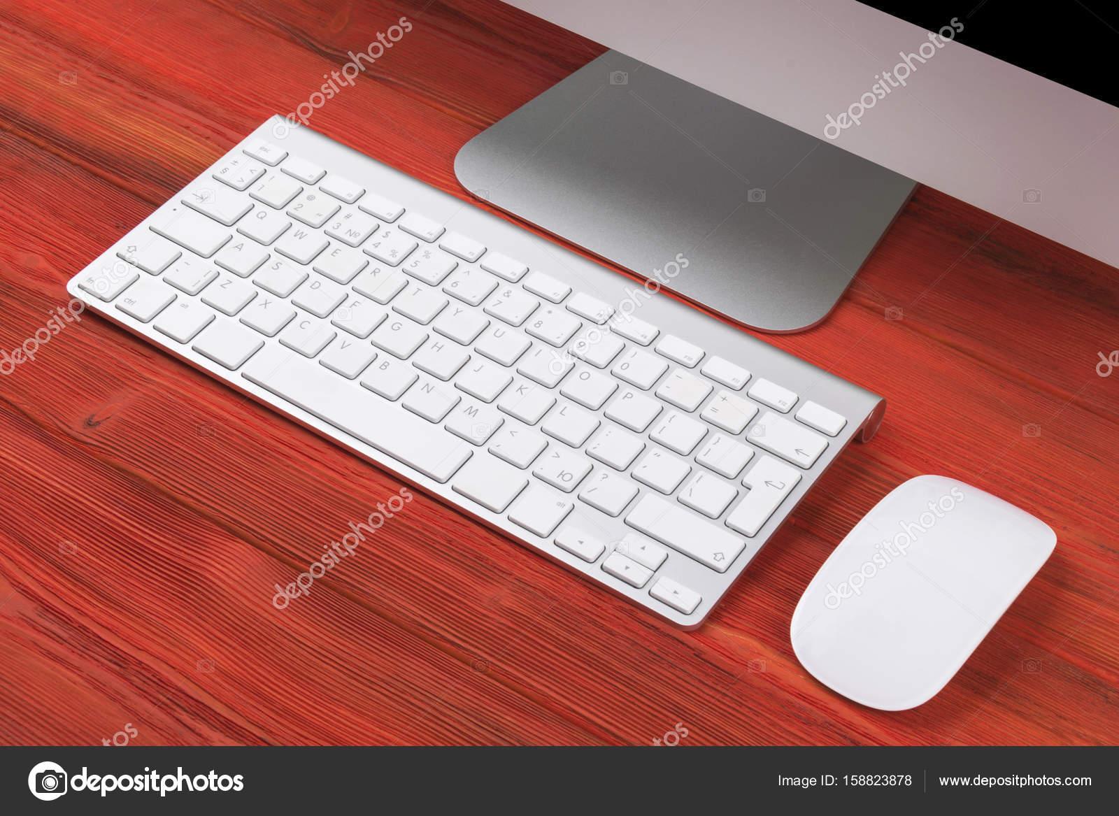 Lieu de travail affaires ordinateur clavier sans fil et souris sur