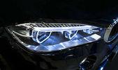 Reflektor moderní sportovní auto. Čelní pohled na luxusní sportovní vůz. Vnější detaily vozu. Přední světla do auta