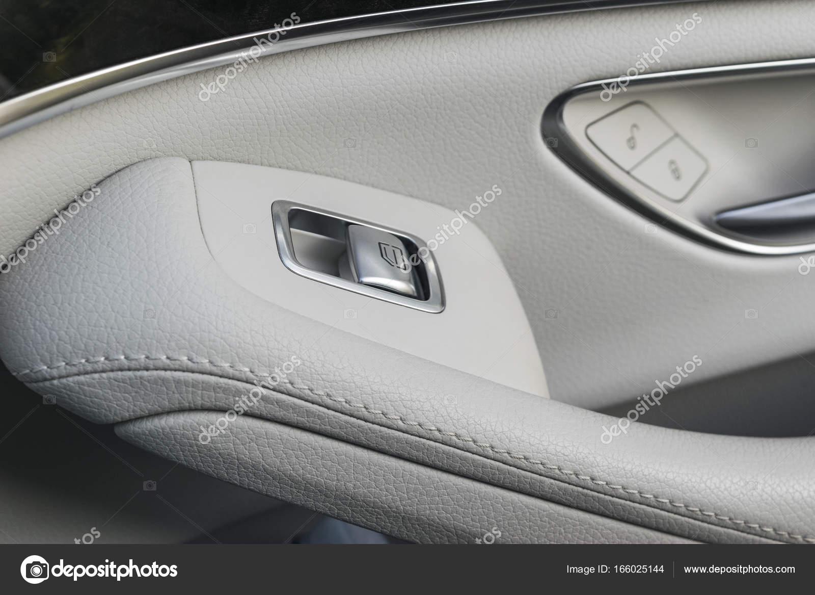 auto witte lederen interieur details voor deur behandelen windowsbesturing en aanpassingen auto vensterbesturingselementen van moderne auto foto van