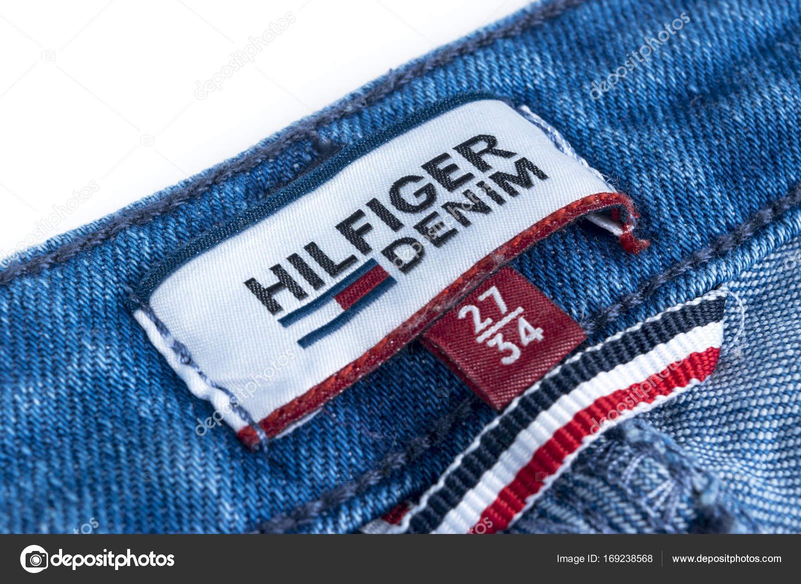 693567f13814 Κοντινό πλάνο του Tommy Hilfiger ετικέτα σε μπλε τζιν. Tommy ...