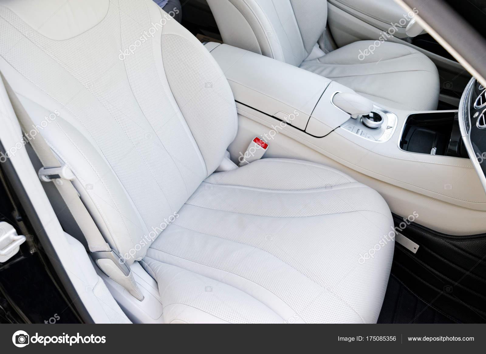 wit lederen interieur van de luxe moderne auto de comfortabele witte lederen zetels en multimedia