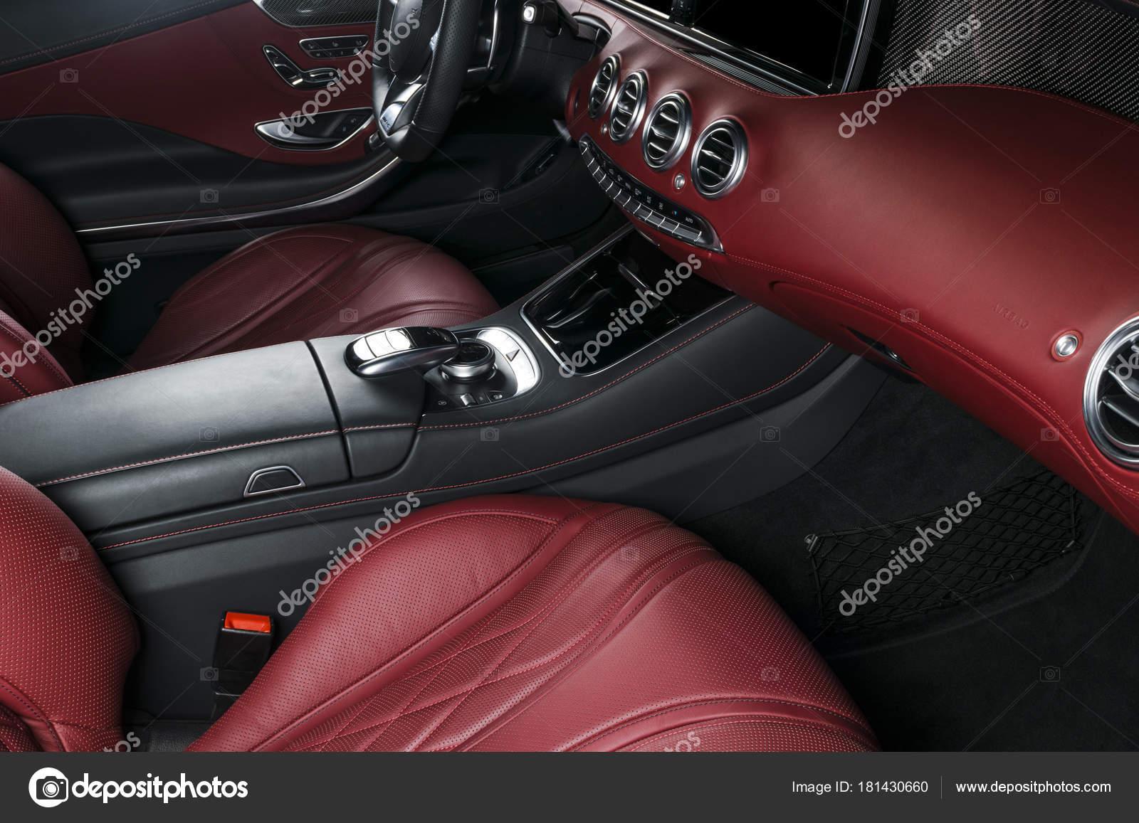 b8bcfb04b2 Άνετα δερμάτινα καθίσματα. Κόκκινο διάτρητο δέρμα πιλοτήριο. Τιμόνι και το  ταμπλό. ΑΥΤΟΜΑΤΩΝ μετατόπιση ραβδιών. Εσωτερικό αυτοκινήτου — Εικόνα από ...