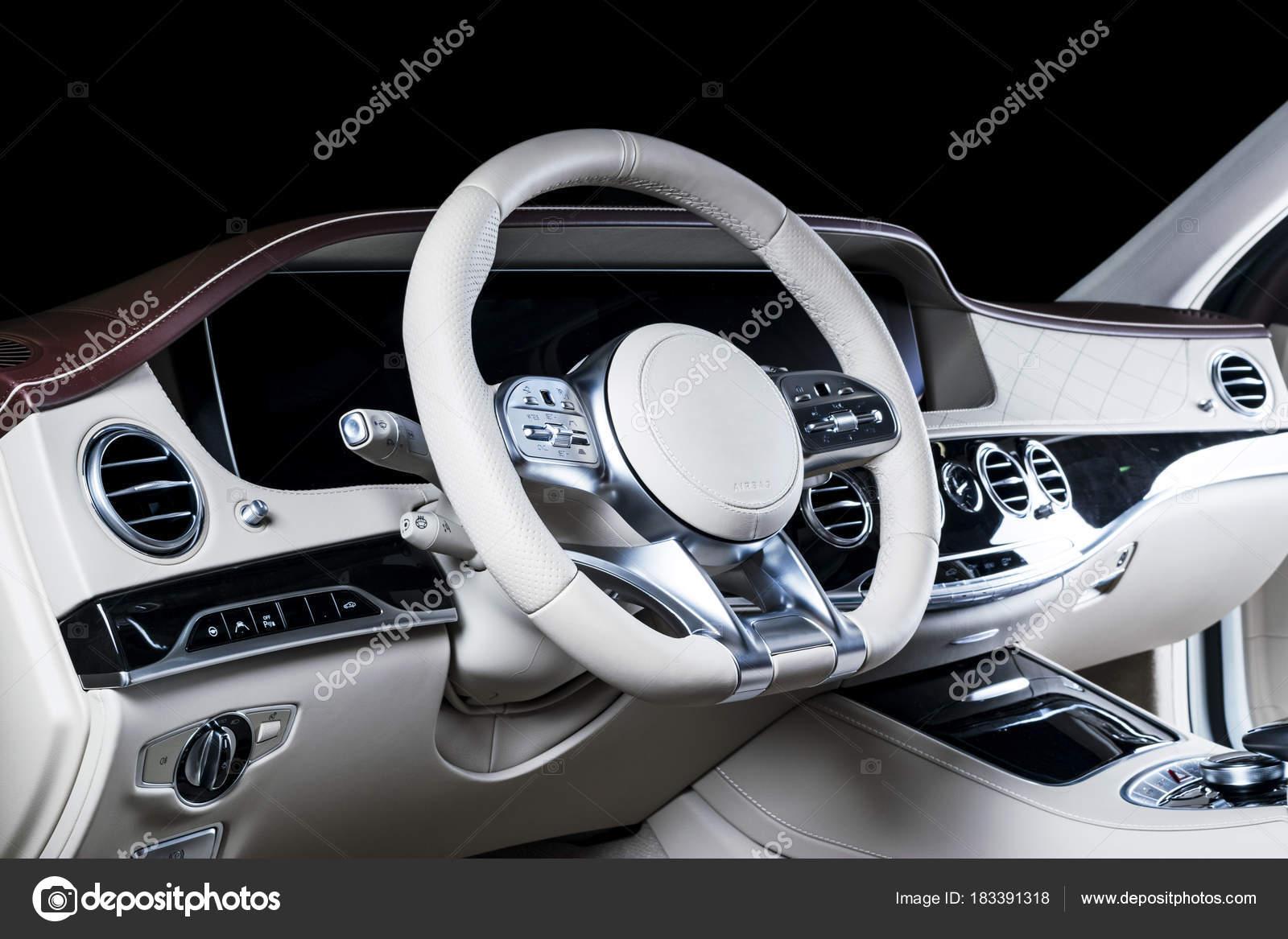 c510ac5639 Άνετα δερμάτινα καθίσματα. Κόκκινο και λευκό διάτρητο δέρμα πιλοτήριο.  Τιμόνι και το ταμπλό. ΑΥΤΟΜΑΤΩΝ μετατόπιση ραβδιών. Εσωτερικό αυτοκινήτου —  Εικόνα ...