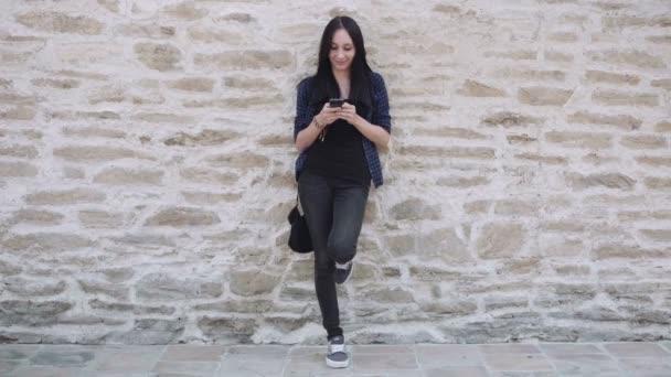 Žena s smartphone SMS zprávu a usmívá se
