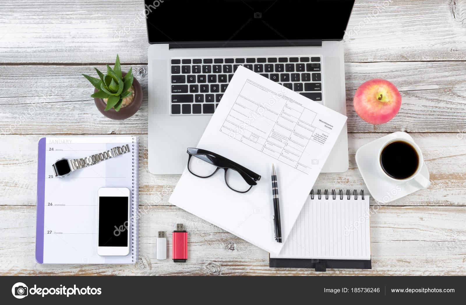 Vue de dessus d un bureau sur bureau en bois rustique blanc