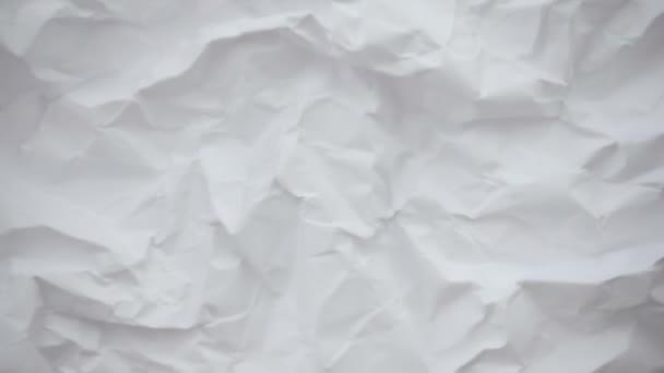 zmačkaný list papíru.