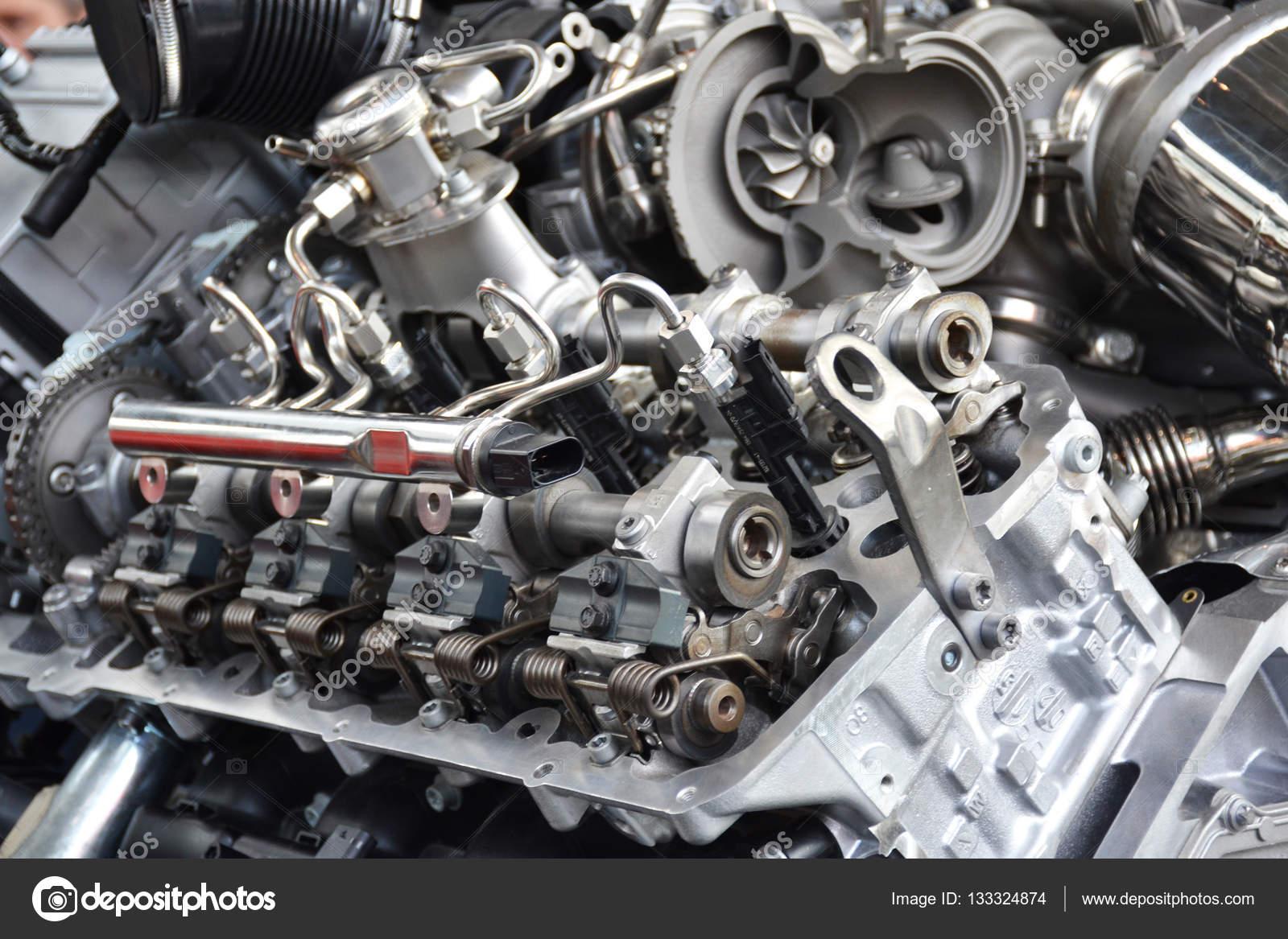 Nahaufnahme von den V8-Motor — Stockfoto © arevhamb #133324874