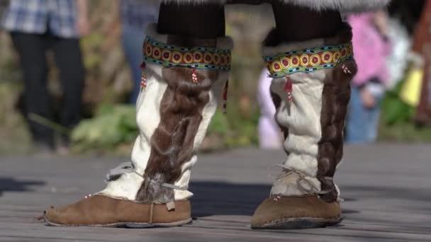 Typická národní obuv domorodých obyvatel Kamčatky z kůže divokého zvířete s vytaženou srstí. Itelmens národní rituální festival díkůvzdání příroda Alhalalalalay. Poloostrov Kamčatka