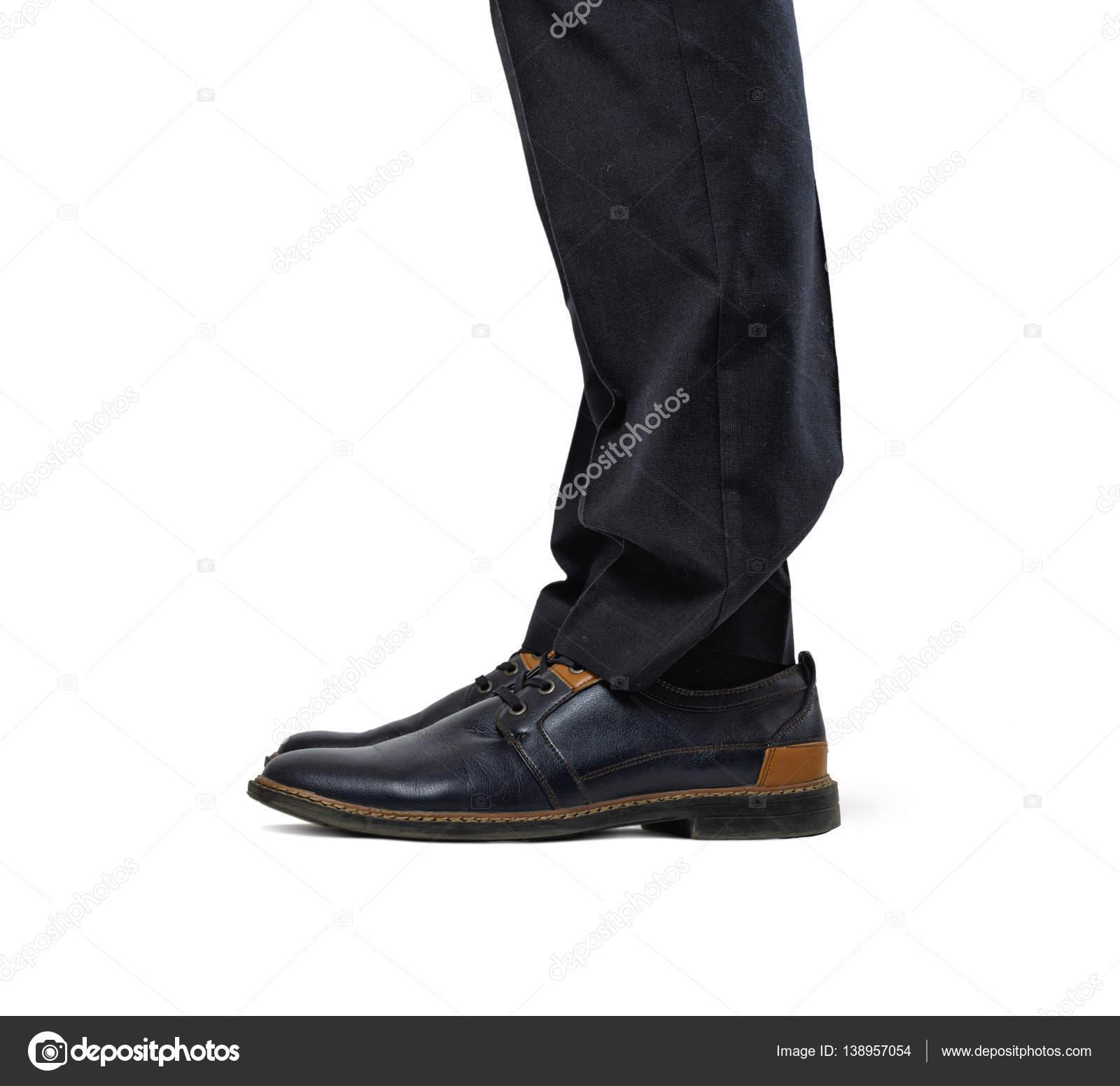 b812f169 Dwa mans stopy w modne buty i czarne spodnie na białym tle na białym ...