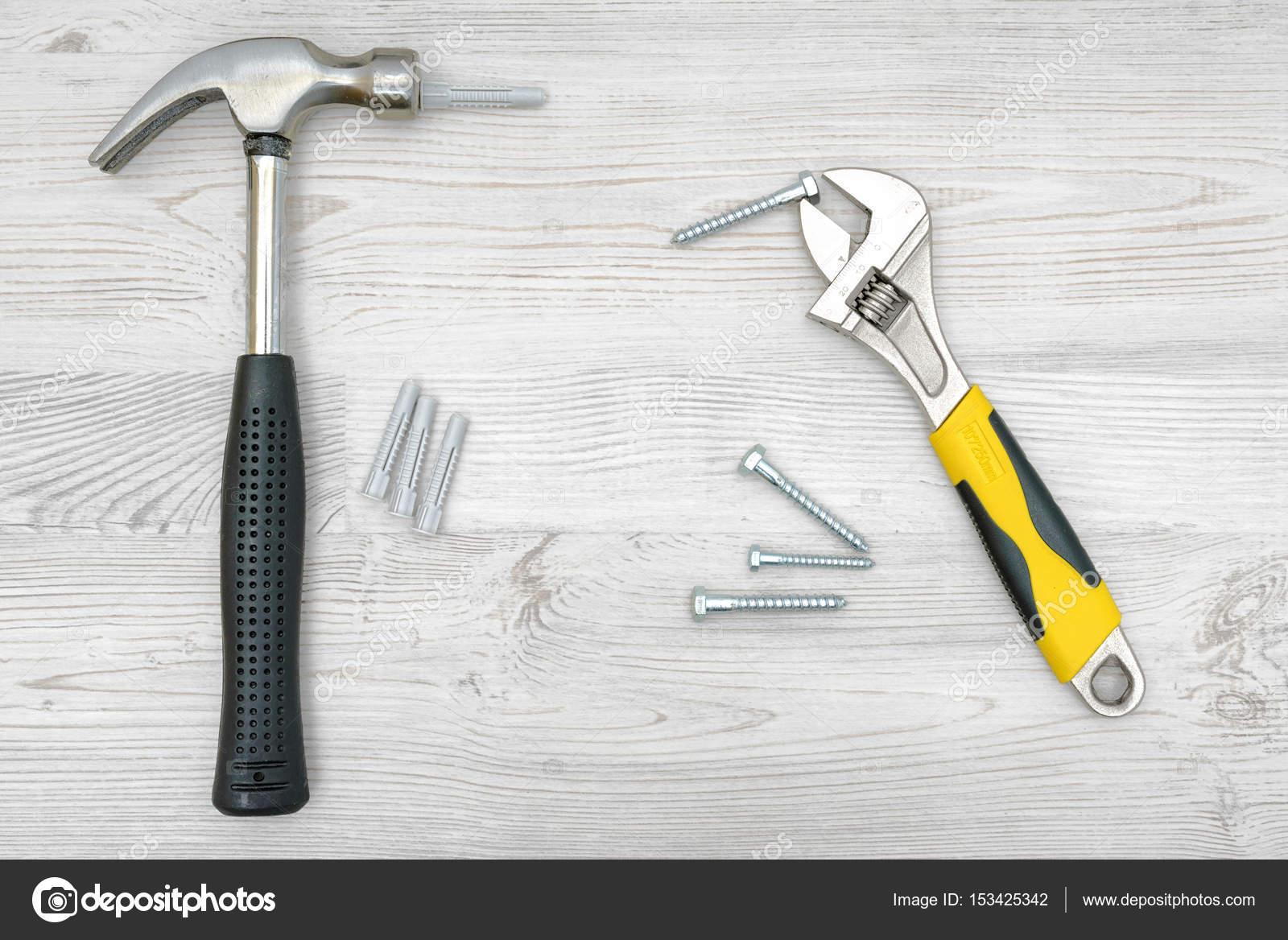 Einen silbernen Hammer, Schraubenschlüssel, mehrere Schraube ...