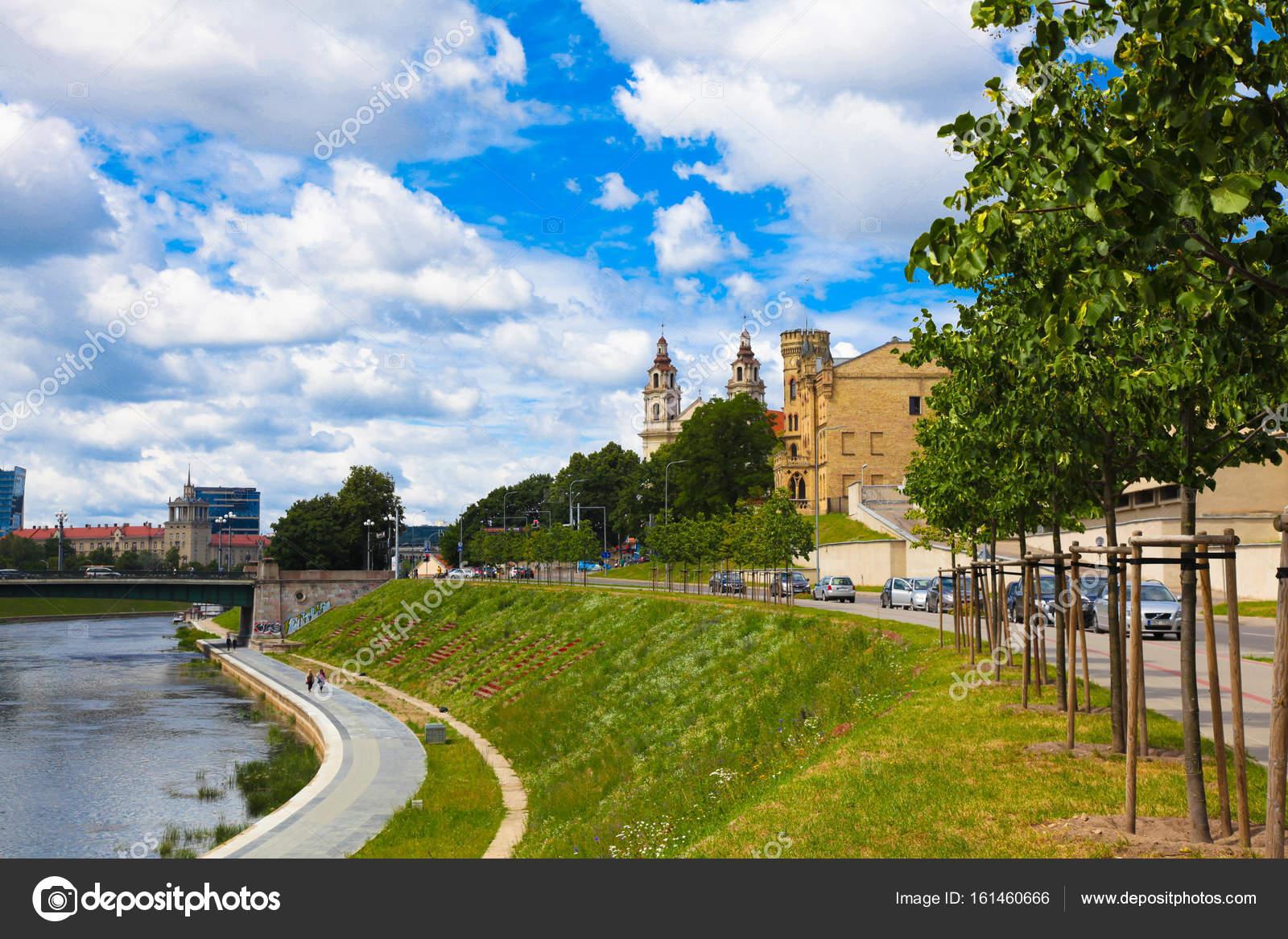 37121d18553 Βίλνιους, Λιθουανία 08 Ιουλίου 2016: καθολικός ναός του Αγίου Ραφαήλ και  θέα στον ποταμό Neris, Βίλνιους Λιθουανίας — Εικόνα από SophiDante