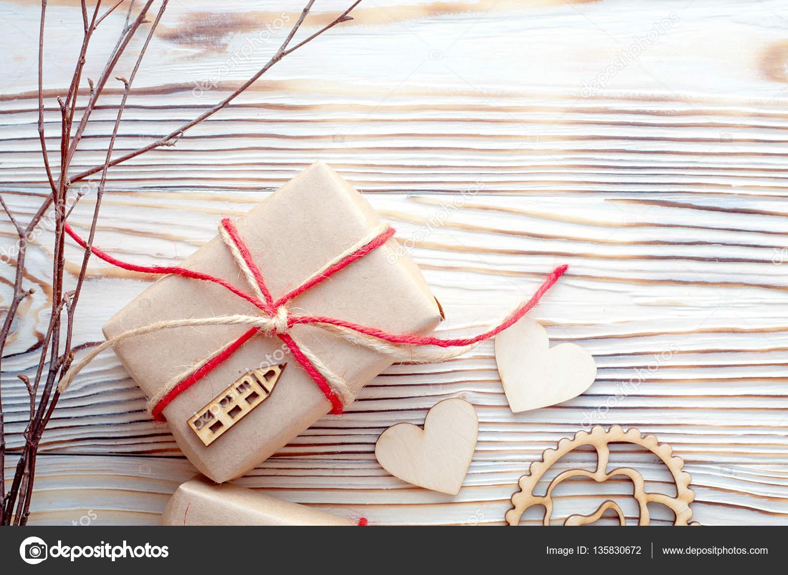Eco Pack Cadeau Avec Coeurs En Bois Fond De Carte Amour Joyeux