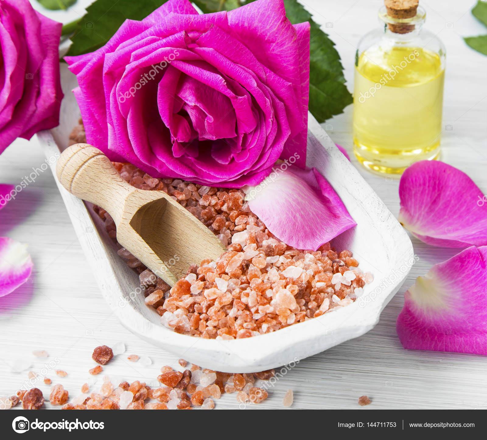 Regolazione della stazione termale Rose con sale da bagno, i fiori ...