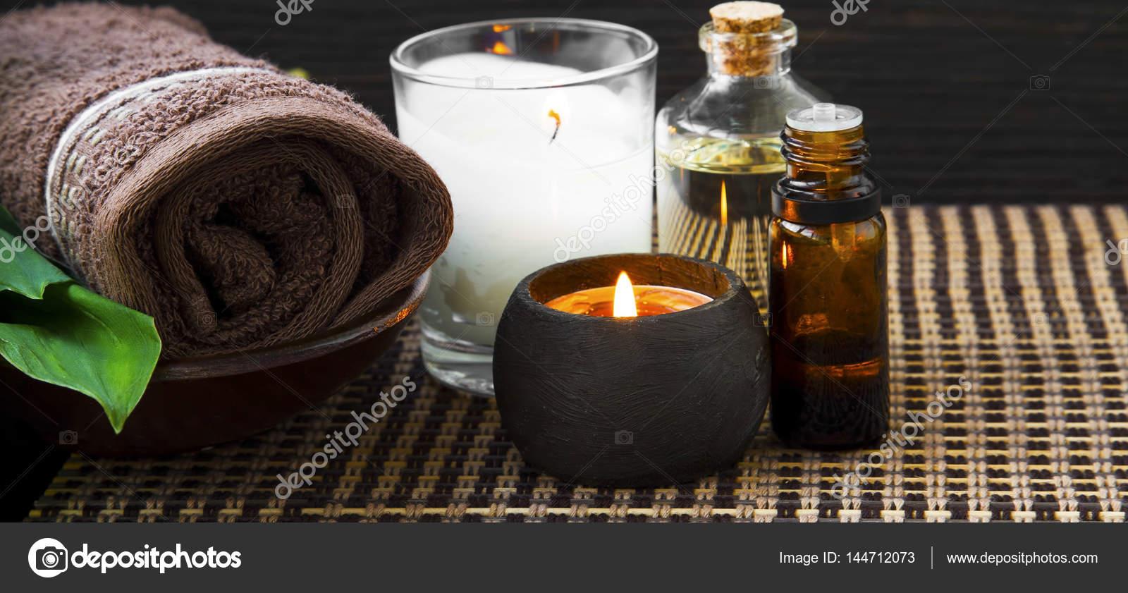 Spa-Stillleben mit Handtuch, Kerzen, Öl- und Essenz Flasche Bad ...