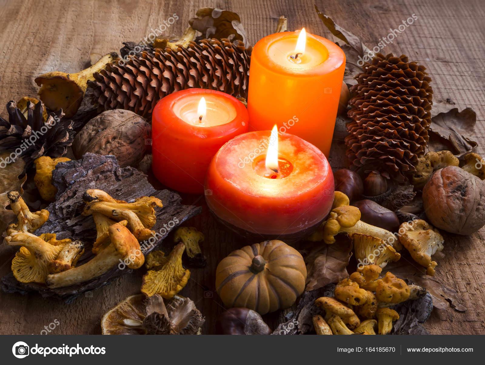 Cada velas decoraciones con hojas secas calabazas chanterell