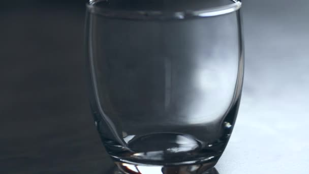 Nalévání vody do průhledného skla