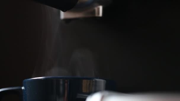 Eszpresszó csésze közelkép gőzölgő eszpresszó kávéfőző gép, erős kávéscsésze aroma sötét háttér