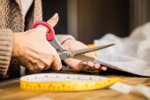 Fotografie Woman cutting fabric