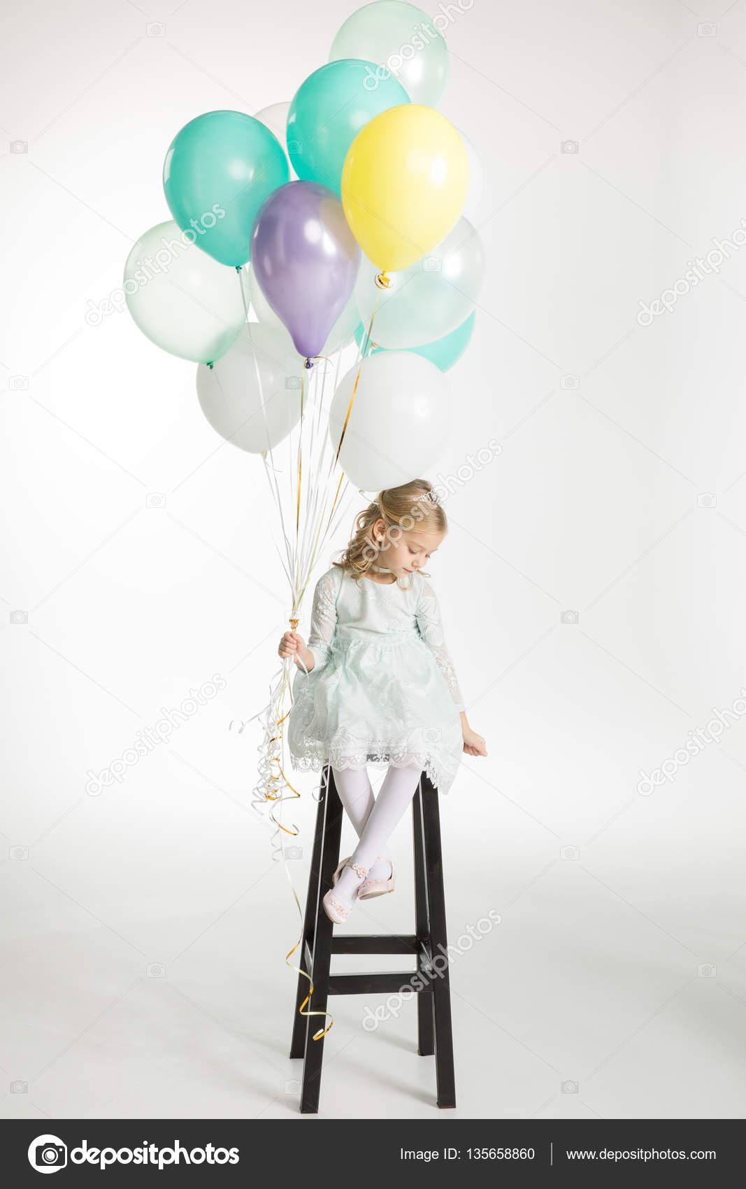 девушка с шарами воздушными фото