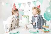 Fotografia Ragazzi saltando le candele sulla torta