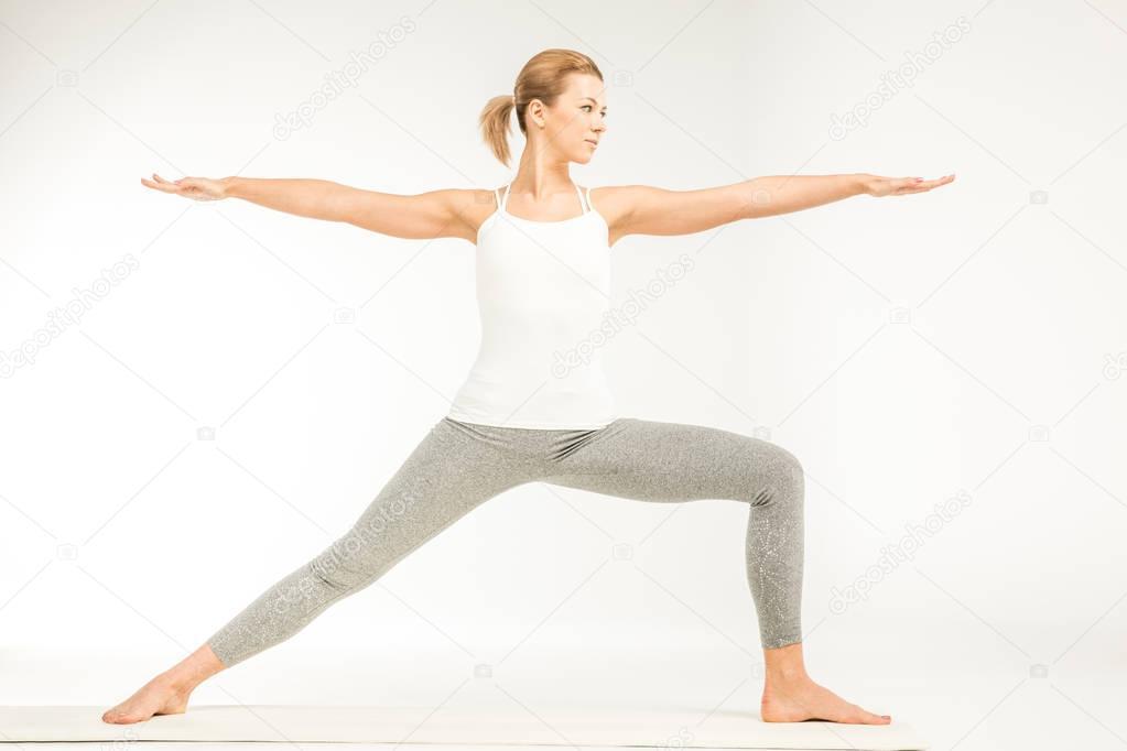 Femme debout en position d'yoga — Photographie ...
