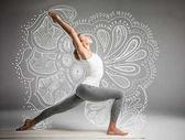 nő áll a jóga pozíció