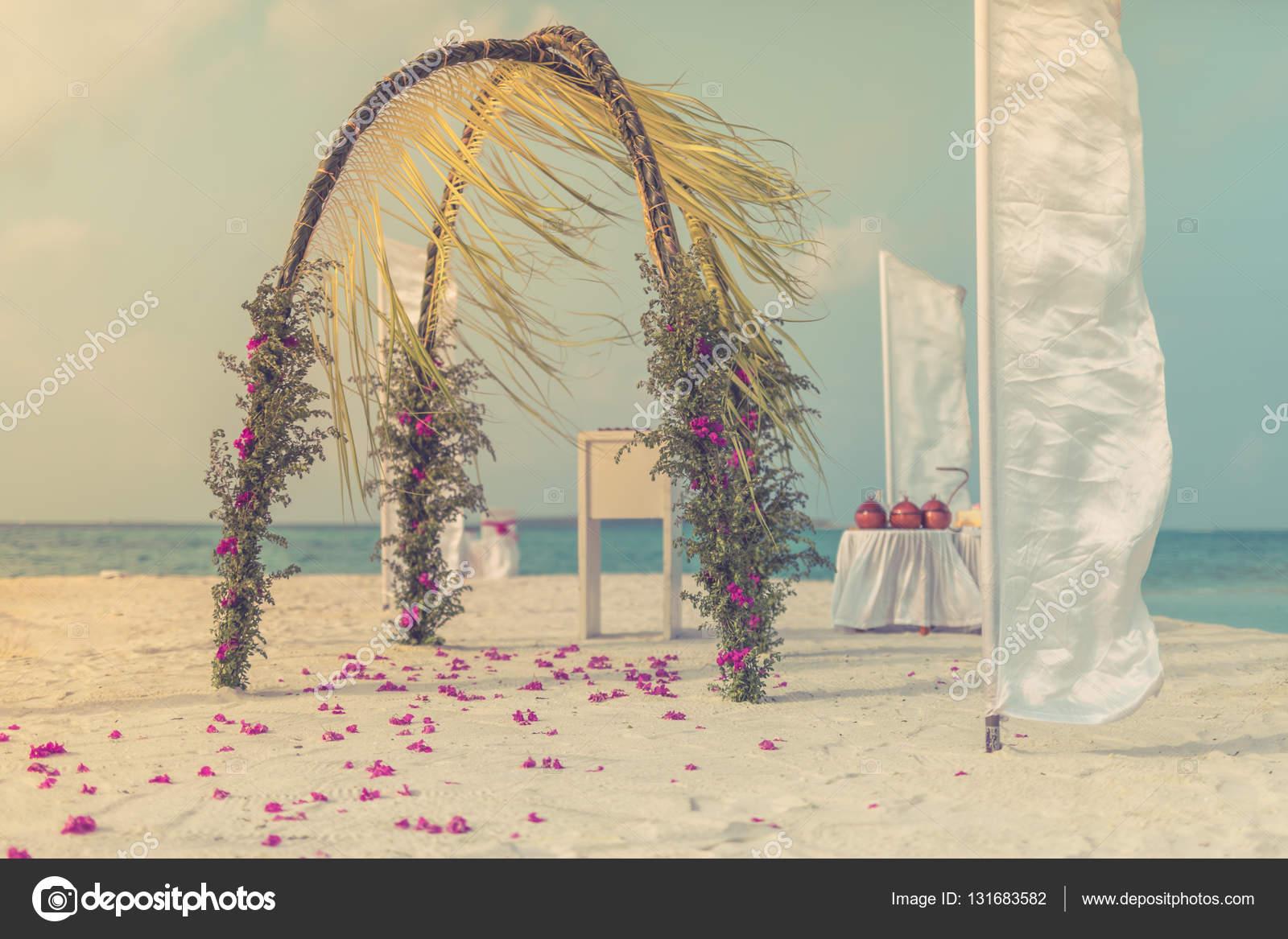 Schone Hochzeit Setup Am Strand Mit Blauer Himmel Und Wolken
