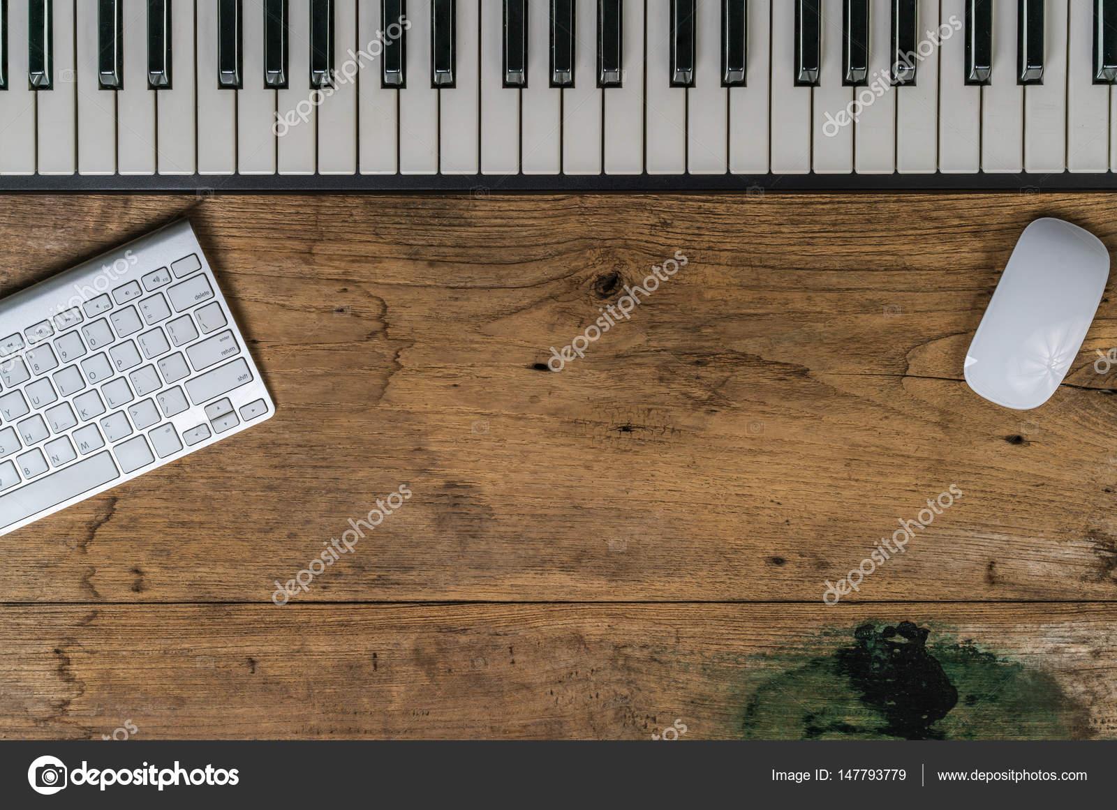 Clavier de piano sur ancien bureau bois u photographie cjansuebsri