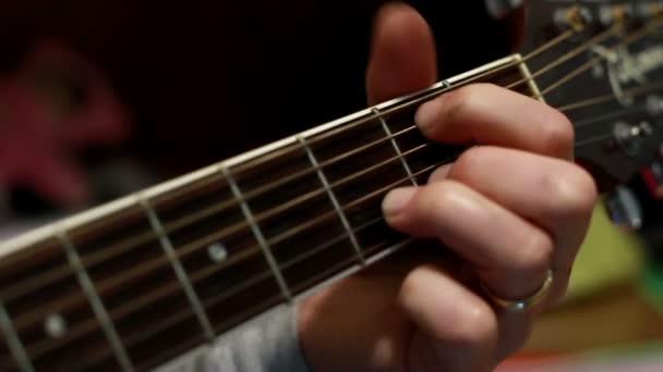 személy játszik klasszikus gitár