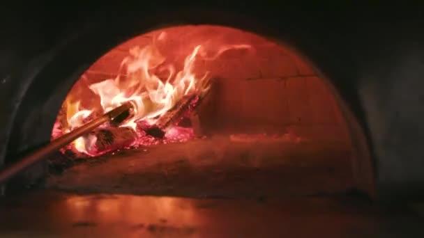 Pizza v peci na dřevo