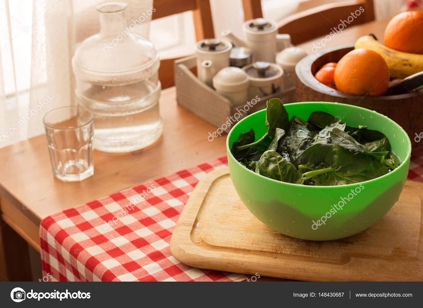 Essen am Küchentisch — Stockfoto © vryphoto #148430687