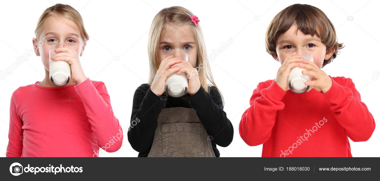 c9454775a28 Τα παιδιά μικρό παιδί αγόρι κορίτσι πίνει γάλα παιδί ποτήρι υγιή e ...