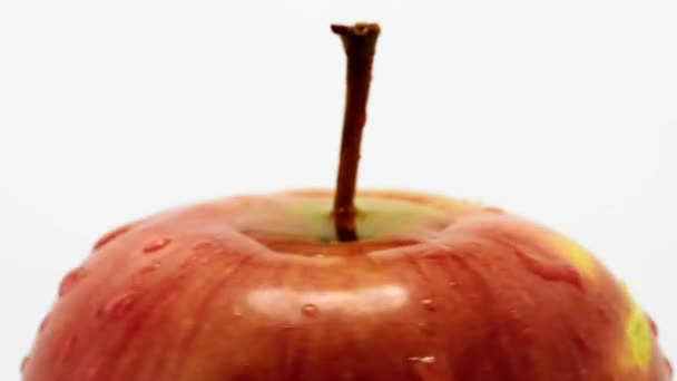 Vörös érett alma a levegőben lebegő