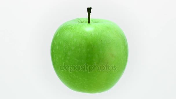 A levegőben lebegő érett lédús zöld alma