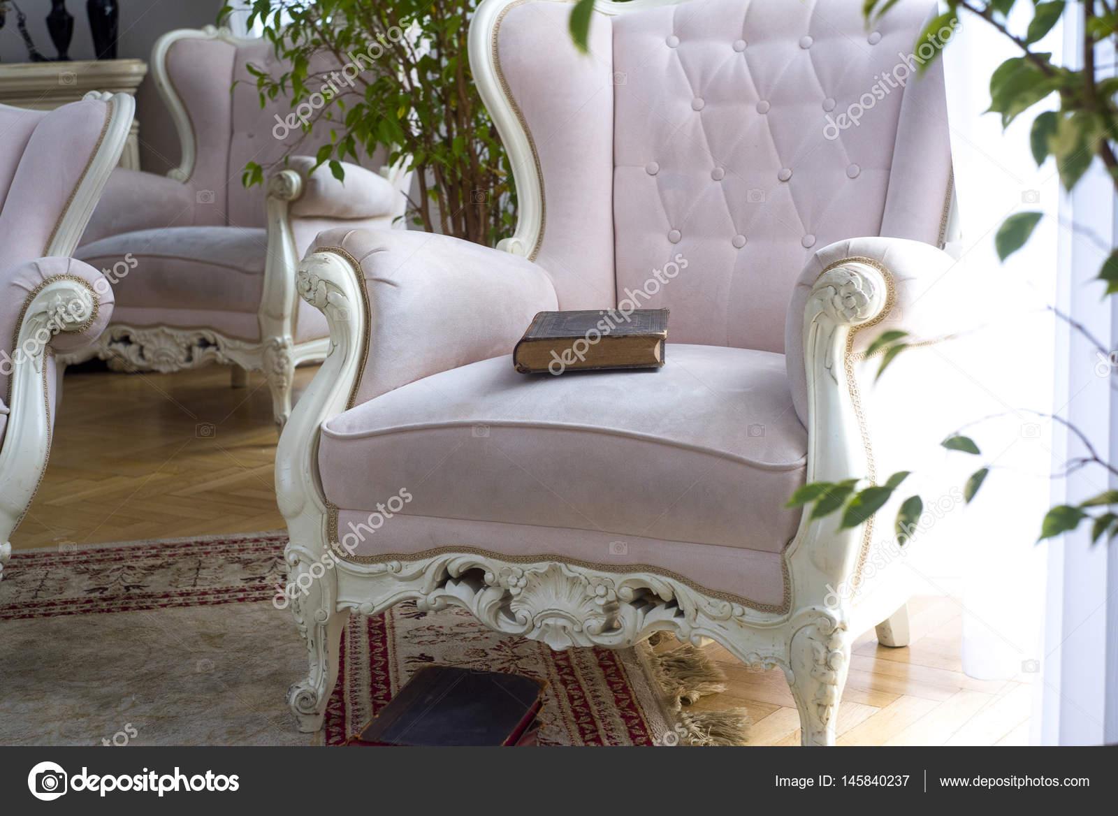 Oud Roze Fauteuil : Oud boek liggend op de fauteuil u stockfoto stockcrafter
