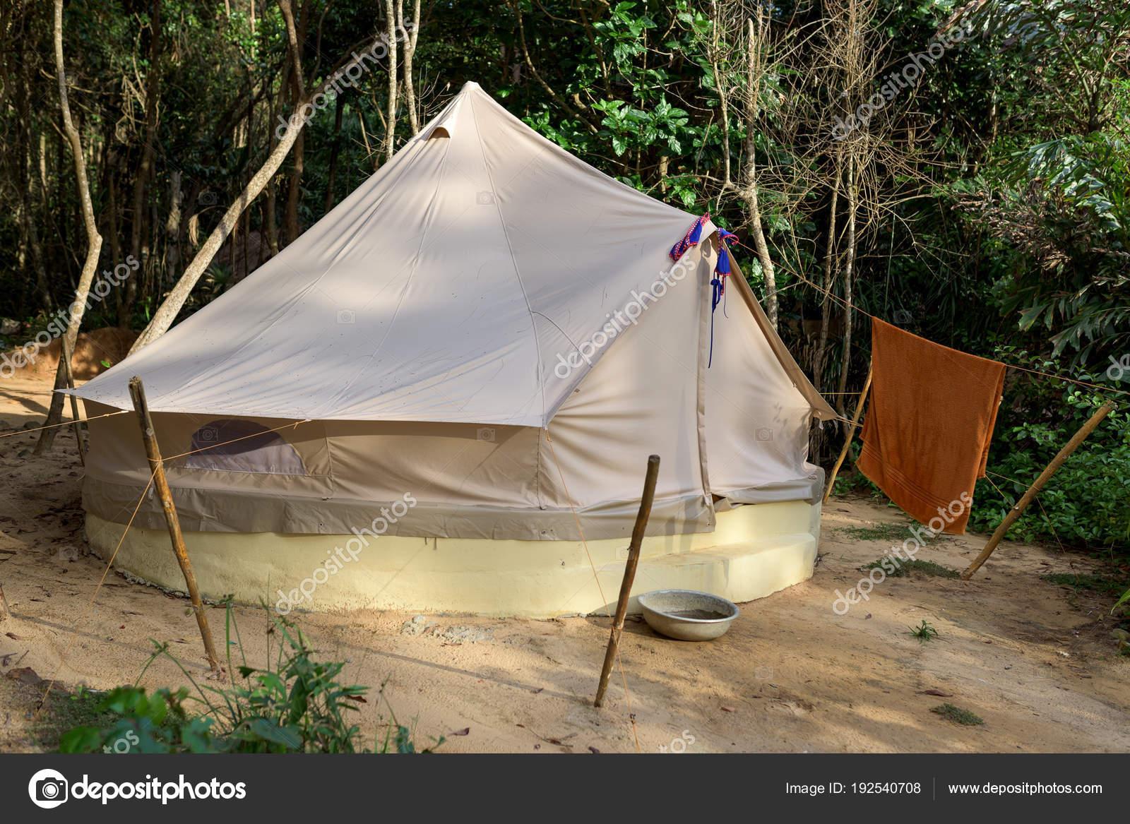 4257567f9 Crema gran carpa turística en la playa cerca de la selva. Isla de Koh Rong  Samloem, Sunset Beach.