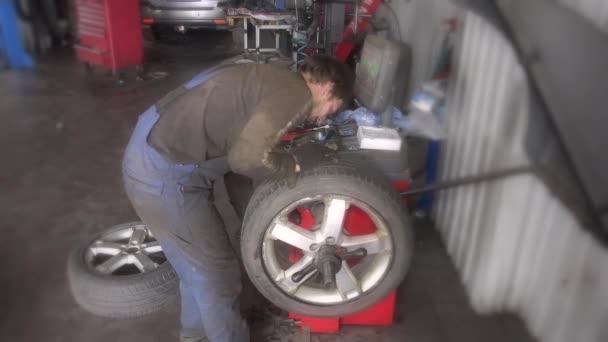 férfi szerelő kiegyensúlyozó autó kerék balancer-javítási szolgáltatás