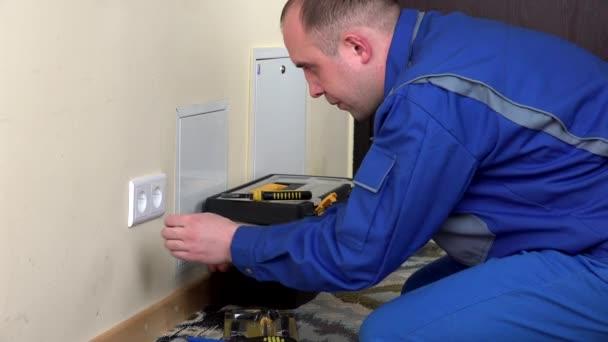 uomo di elettricista installare la presa di rete